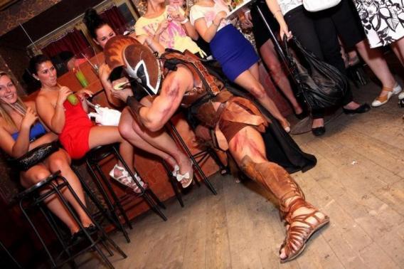 Striptér na loučení se svobodou - striptýz k narozeninám, strip show na rozlučkovou párty. Rezervování striptýzového vystoupení na privátní oslavu. Stripter Alex - držitel titulu Mistr ČR v pánském striptýzu