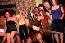 Striptér na narozeniny rozparádil divačky, oslavenkyni pánský striptýz potěšil.